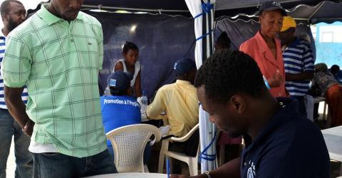 Quatre ans et demi après le séisme qui a frappé Haïti le 12 janvier 2010, la Matrice de suivi des déplacements (DTM) de l'OIM a enregistré une baisse de 92% du nombre total de familles et une diminution du nombre de sites de 89%. environ 103 565 déplacés internes, soit 28 134 familles, vivent toujours dans 172 camps dispersés à travers la région métropolitaine de Port-au-Prince et dans les régions des palmiers, dans le Département de l'ouest.
