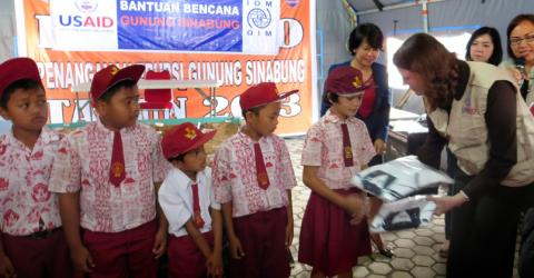 IOM distributes 2,000 sets of school clothes to students whose homes were destroyed due to the eruptions in Karo regency, North Sumatra. The clothes were provided at the request of the local government. © IOM 2014