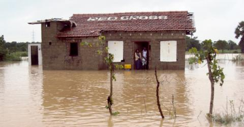 Heavy rains, high winds and landslides hit Sri Lanka during the holiday season affecting 315,000 people in 20 districts through the country.  © IOM 2012