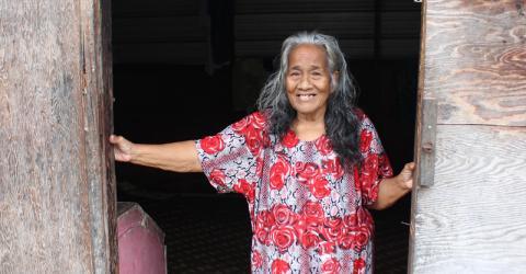 Madeline Taribwij, 78 ans, est la doyenne des habitants de l'île Taroa, dans la République des Iles Marshall, où l'OIM a fourni une aide alimentaire d'urgence avec le soutien d'USAID et des Nations Unies. © OIM/Joe Lowry 2013 Îles Marshall