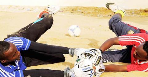 Plus de 100 Somaliens jouent au football chaque jour © OIM (Photo : A. Salad)