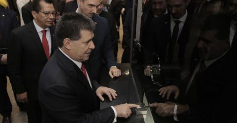 Paraguayan President Horacio Cartes tests the biometric PIRS-MIDAS system at Silvio Pettirossi airport. Photo: IOM