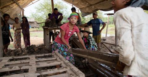 Les ouvriers de la fabrique de briques de Mawlamyine, dans l'État du Myanmar, constituent l'un des nombreux groupes de travailleurs migrants qui reçoivent une éducation sanitaire de l'OIM sur des questions telles que la tuberculose, le paludisme et le VIH/SIDA.