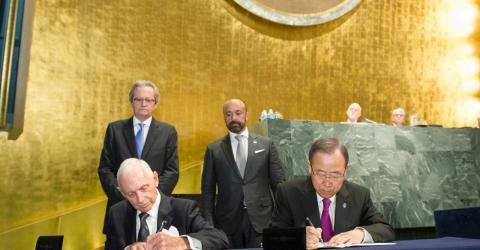 IOM Director General William Lacy Swing (seated left) and UN Secretary General Ban ki-Moon at the signing ceremony at UN HQ, New York on 19 September 2016. UN Photo/Rick Bajornas 2016