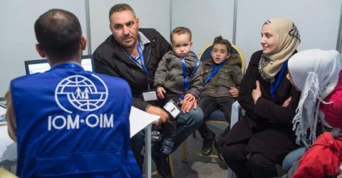 La OIM entrevista a una familia siria en un centro de atención de refugiados en Ammán, Jordania, para su reasentamiento en Canadá. Foto: THE CANADIAN PRESS / Paul Chiasson 2015