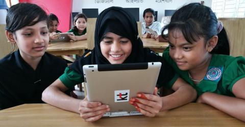 Niños de una escuela de Moheshkhali son introducidos en el mundo del aprendizaje electrónico. Foto: OIM/Shirin Akhter.