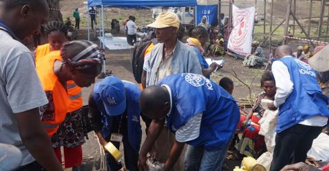 Internally displaced persons prepare to leave Goma's Lac Vert site in DRC. © IOM 2015