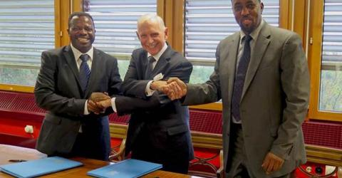 IOM Director General William Lacy Swing, Director General of UPU Bishar Abdirahman Hussein (right) and Director General of the Burundi Post Salvator Nizigiyimana (left) sign a Tripartite Agreement to launch migration and development integrated project. © IOM 2015