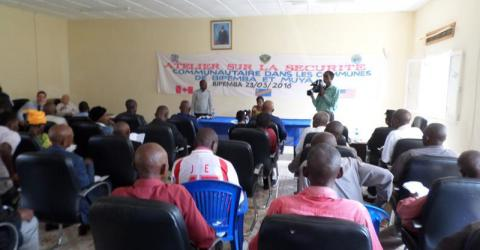 A security workshop brings together the police and communities. Photo: IOM
