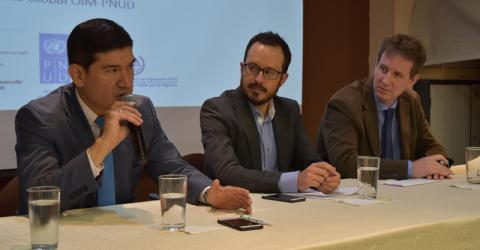 IOM and Ecuadorian officials take part in the seminar. Photo: IOM