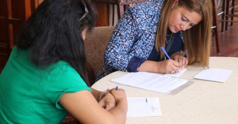A Filipina migrant discusses her medical inquiries with an IOM doctor. Photo: IOM