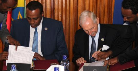 From left: Ethiopian State Minister for Foreign Affairs Dewano Kedir and IOM Director General William Lacy Swing sign a new cooperation agreement to work together on migration issues with a view to promoting economic and social development. © IOM 2015