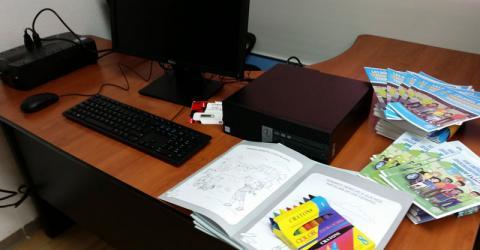 El equipo donado incluye computadoras y folletos. Foto: Karen Arita / OIM