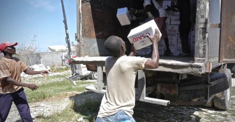 Residents of Jeremie, Haiti help unload IOM trucks of hygiene kits sent by USAID/OFDA. Photo: IOM / Hajer Naili 2016