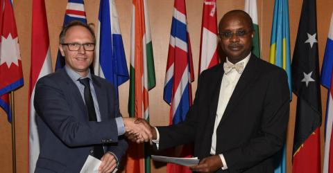 Florian G. Forster (left), IOM Head of Immigration and Border Management and Boubacar Djibo, ICAO Air Transport Bureau Director at handover ceremony of their newly countersigned MoU during the ICAO Traveller Identification Programme Symposium at ICAO Headquarters in Montreal, Canada, today (15/11).