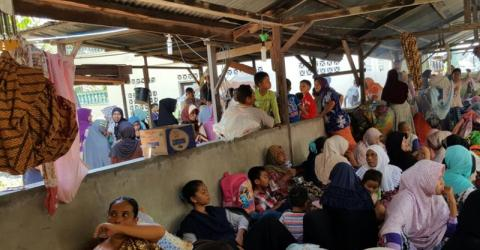 Indonesians displaced by a predawn earthquake that collapsed homes, businesses and places of worship. Photo: IOM