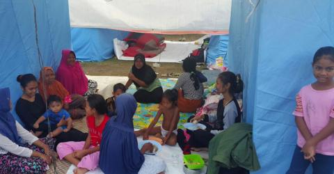 Displaced families shelter at a temporary resettlement location in Meureudu, Pidie Jaya. Photo: IOM
