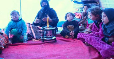 Hanaa, la madre de Mona, con miembros sobrevivientes de su familia en el campamento Jada'a-3, cerca de Qayarah. Foto: OIM