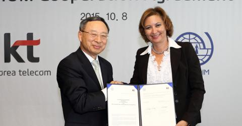 IOM Deputy Director General Laura Thompson and KT CEO Chang-gyu Hwang sign an MOU that will strengthen IOM's private partnerships in Asia. (Photo: KT)