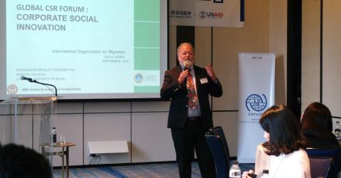 El experto en responsabilidad social corporativa Prof. Bradley Googins se dirige a los delegados en el Foro mundial del sector privado. Foto: OIM