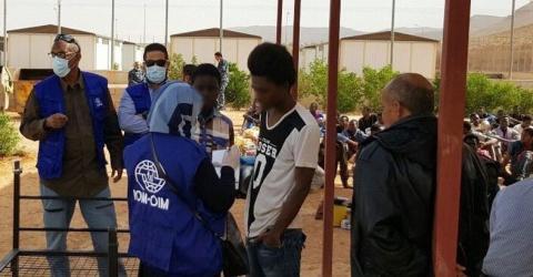 Socios de la OIM entrevistan a dos menores en el centro de detención de Gharyan Al Hamra. Foto: OIM.