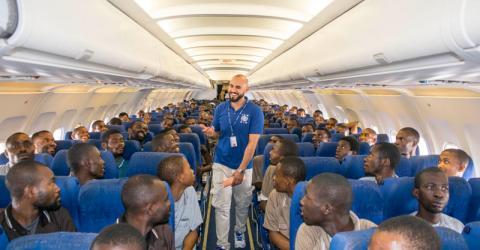 Migrantes retornan voluntariamente a Nigeria desde Libia en un vuelo chárter de la OIM. Foto de archivo: OIM.