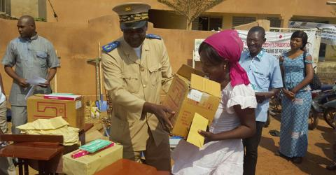 Formerly displaced returnees receive reintegration kits in Mopti. Photo: IOM