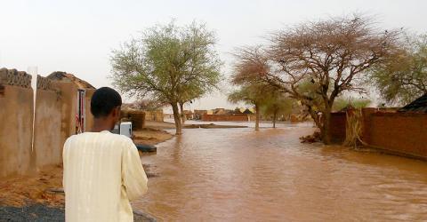 Un habitante de El Koma, Darfur del Norte, inspecciona los daños por las inundaciones. Foto: OIM 2016