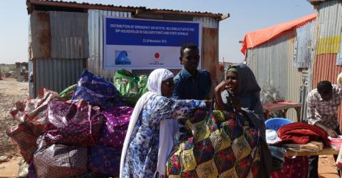 IOM distributes aid items to conflict-displaced people in Galkayo. Photo: IOM
