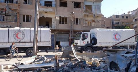 Camiones de la Media Luna Roja Siria Árabe (SARC) cargados con ayuda de las Naciones Unidas, el CICR y la OIM (alimentos, suplementos nutricionales y suministros médicos, educativos y de higiene) llegan a Harasta en Damasco Rural. Foto: SARC 2016
