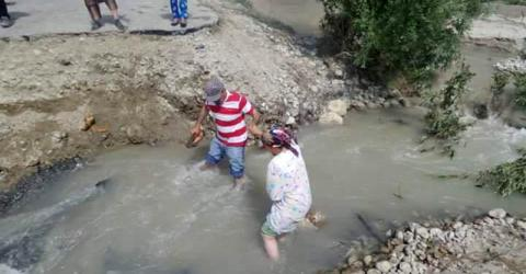 Local residents in the Gorno-Badakhshan Autonomous Oblast (GBAO) in Tajikistan try to move to safety and escape flood-affected areas. Photo : FOCUS Humanitarian Assistance