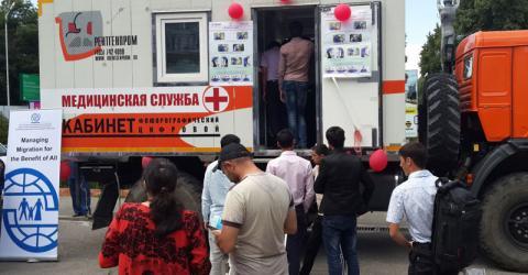 Un móvil dedicado a la tuberculosis estacionado en el Aeropuerto de Dushanbe. Foto: OIM.