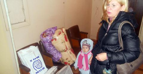 IOM distributes heaters, warm blankets, and hygiene items to vulnerable displaced persons in Nikopol, Dnipropetrovsk Region in Ukraine. IOM and its humanitarian partners are urgently seeking funding to help the most vulnerable IDPs, including large families, single mothers, pregnant women, the elderly and the disabled. © IOM 2014