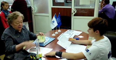 Les déplacés internes en Ukraine reçoivent une allocation en espèces de la part de l'OIM.