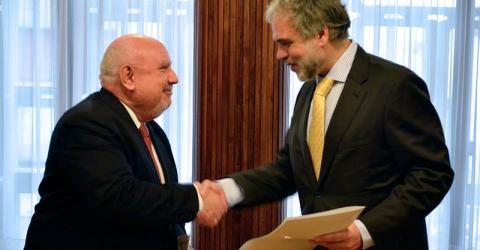 From left: IOM's Regional Director for South America Diego Beltrand, and the Acting Minister of Foreign Affairs José Luis Cancela, at the signing of the Memorandum of Understanding. © IOM 2015