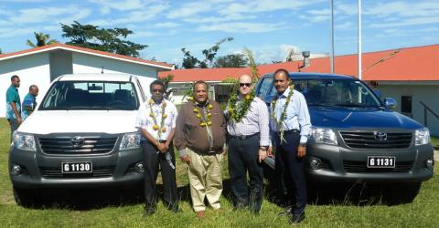 From left: Henry Tamashiro (Director, Vanuatu Immigration Service); Benjamin Malas (Director of Customs and Inland Revenue & Acting Director General of the Ministry of Finance and Economic Management); HE Jeremy Bruer (Australian High Commissioner, Vanuatu); Dr Lesi Korovavala (IOM Vanuatu). The two vehicles are part of the assistance package. © IOM 2015