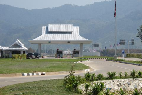 The new border crossing at Lao-Thai Friendship Bridge no.4 which spans the Mekong river between Chiang Khong in Chiang Rai province in Thailand and Huay Xai in Bokeo province in Laos. © IOM 2014