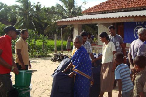 IOM distributes non-food items to families affected by floods in the village of Pandariyaveli in Sri Lanka. © IOM 2012