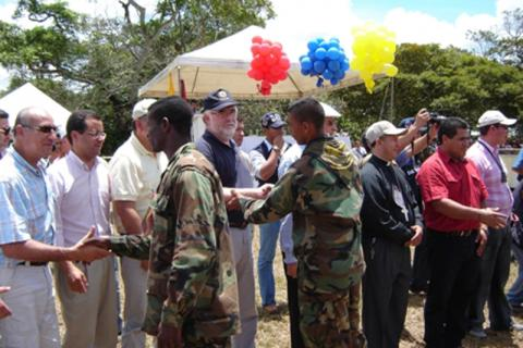 The United Self-Defense Forces of Colombia (AUC) demobilized between 2003 and 2006 in various regions of the country after negotiating with then-president Álvaro Uribe Vélez. © IOM 2005