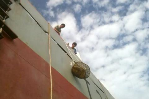 La semana pasada, la tripulación a bordo del buque Pin Da 7 recibió las provisiones donadas por la OIM. © OIM 2014