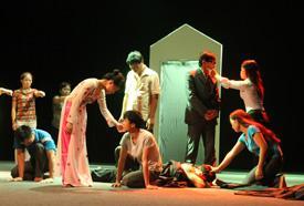 Representación, con el respaldo de la OIM y de la ONG vietnamita CSAGA, de Me merezco tener esperanza, una mezcla entre teatro clásico y elementos rítmicos abstractos, en la que un grupo de migrantes narra sus propias historias como supervivientes de la violencia en el hogar. © OIM 2012