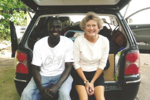 Nhial y Betsy Phillips preparándose para ir a la universidad. Betsy es la madrina autoproclamada de Nhial y ha ejercido una enorme influencia en su vida.