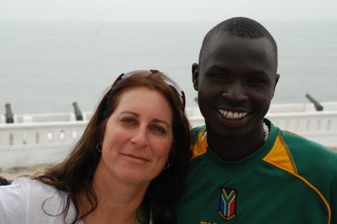 Nhial con su madre de acogida, Jen Pickering. Cuando tenía 11 años de edad, Nhial Malia fue reasentado por la OIM en Houston, desde un campamento de refugiados en la región occidental de Etiopía.