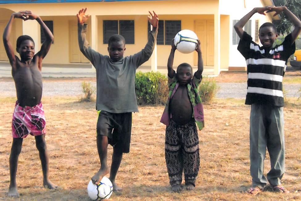 Niños ghaneses forman la palabra OHIO en reconocimiento de Mark y Rosanne Rosen  y GlobalGrandparenting, organización con sede en Columbus (Ohio).