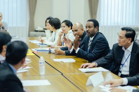 Mohammed Abdiker, Director del Departamento de Operaciones y Emergencias de la OIM, formula un comentario en las consultas de Asia septentrional y sudoriental relativas a la Cumbre Mundial Humanitaria, celebradas en Tokio, Japón (Fotografía: WHS).