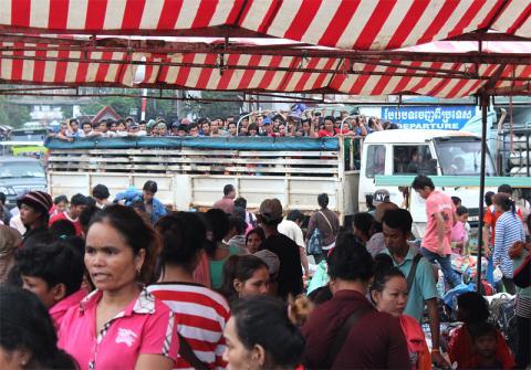 Tras haber emprendido viaje el 9 de junio, unos 200.000 trabajadores migrantes camboyanos indocumentados llegaron la semana pasada a Poi Pet, Camboya, procedentes de Tailandia. Fotografía OIM/Joe Lowry 2014