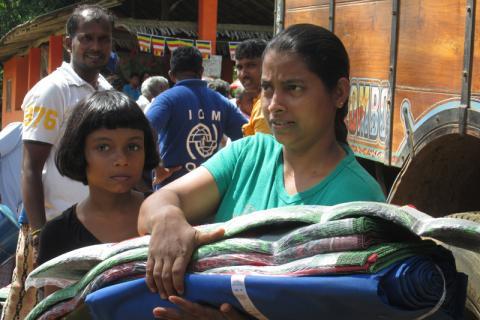 Thamara Kumari et sa fille, Taniya Trilishia Kumari, ont reçu des articles de secours distribués par l'OIM et AmeriCares. © OIM 2014