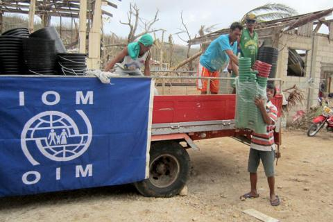 La OIM distribuye artículos no alimentarios esenciales a las 11 familias en el Centro de Evacuación de  Pagnamitan, situado en Guiuan, Samar. Los residentes del centro recibieron lonas, sogas, mantas, bidones de 75 litros, baldes y palanganas.