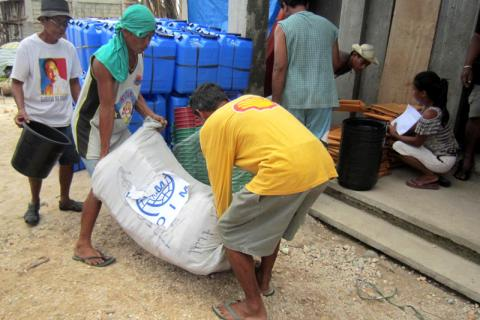 L'OIM distribue des articles non alimentaires essentiels aux onze familles hébergées dans le Centre d'évacuation de Pagnamitan à Guiuan, sur l'île de Samar. Elles ont reçu des bâches, des cordes, des couvertures, des bidons de 75 litres, des seaux et des récipients pour puiser de l'eau.