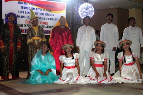 Le Leyte Dance Theater présente un spectacle de Noël à la communauté. © OIM 2013 (Photo d'Amy Rhoades)